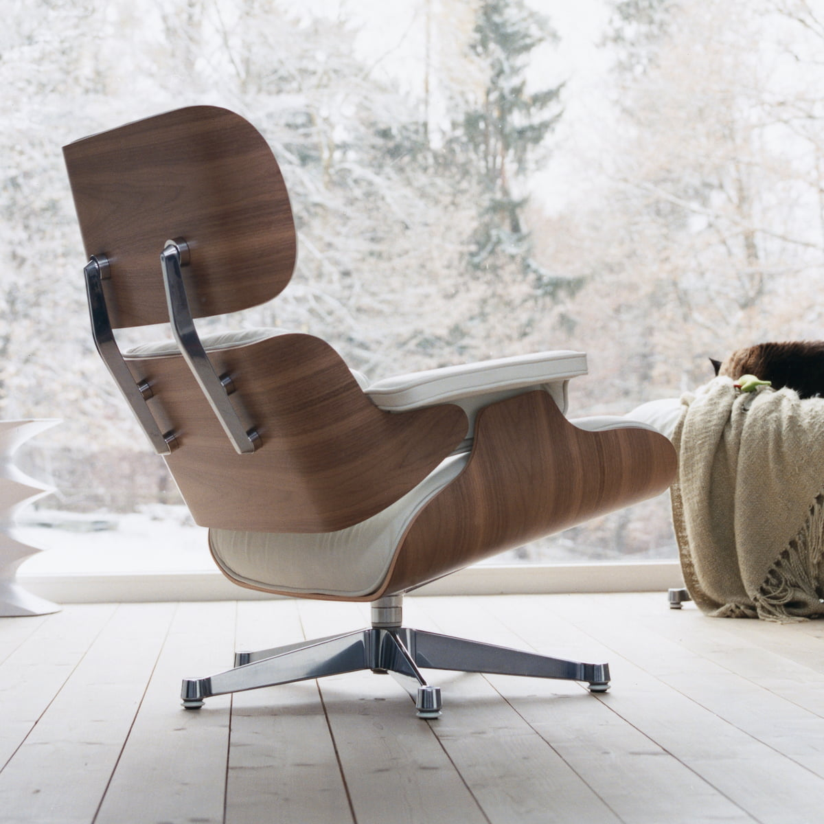 vitra lounge chair in wei im wohndesign shop. Black Bedroom Furniture Sets. Home Design Ideas