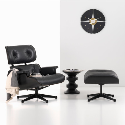 Vitra Lounge Chair & Ottoman + Eames Stool Gruppe Ambiente