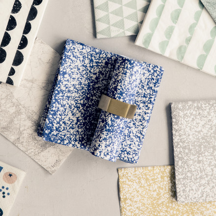 Splash Papierserviette mit dem Serviettenring Hexagon von ferm living