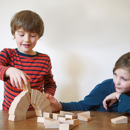 Lessing - Follies Stapelspiel, spielende Kinder