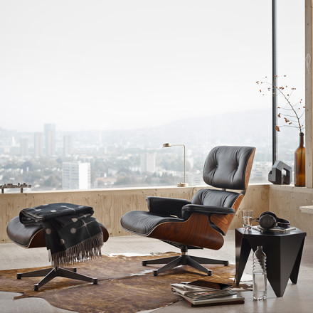 Lounge Chair & Ottoman von Vitra mit dem Prismatic Table