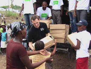 Helfer verteilen Nothilfepakete